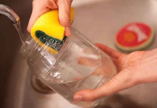5 formas de eliminar las etiquetas de los frascos