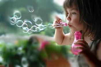 Acuarelas, pompas de jabón y pasta de modelar: 3 maneras de hacer juegos ecológicos en casa
