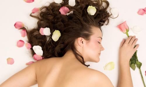 Aprende cómo perfumarte el cabello de una manera natural