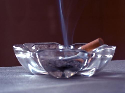 C mo eliminar el olor a humo de cigarrillos remedios - Como eliminar el humo del tabaco en una habitacion ...