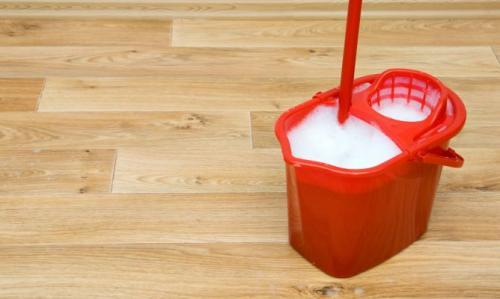 C mo limpiar los pisos de madera y parquet remedios for Como limpiar manchas de pintura en el piso
